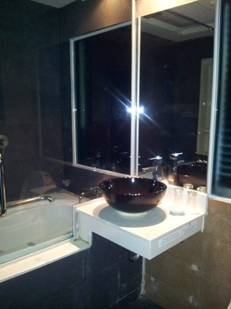 R Mar Resort and Spa: Wash basin and bathtub