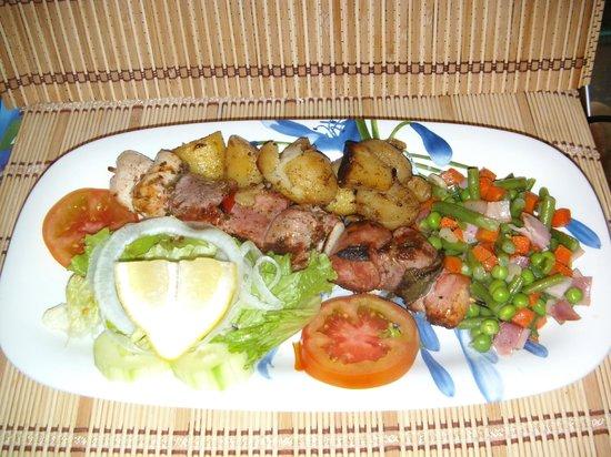 Casa Pizza Restaurante Pizzaria: Espetada Grelhada de Carnes Mistas, Grilled Mixed Meat Kebab