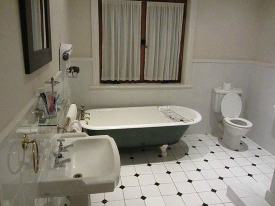 River Manor Boutique Hotel & Spa: lovely large bathroom