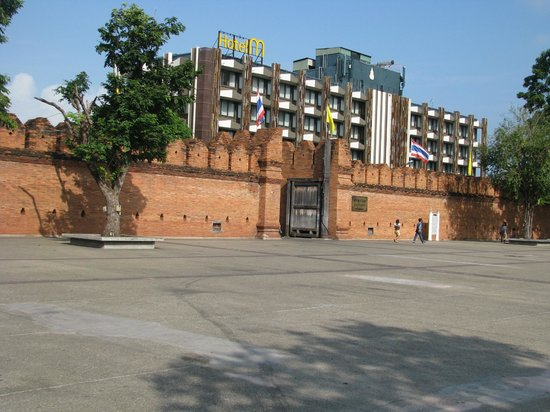 WangBurapa Grand Hotel: Gate and plaza