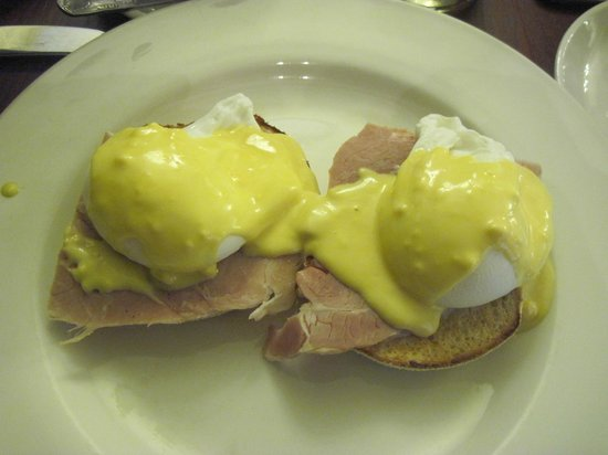 Royal Hotel: Eggs Benedict for breakfast.