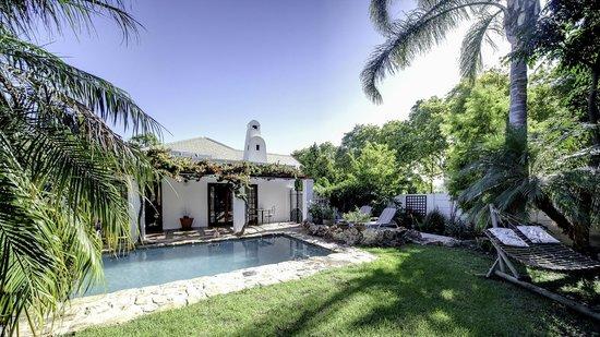 GUBAS DE HOEK meet eat sleep: GUBAS-DEHOEK garden with pool and terrace R 6
