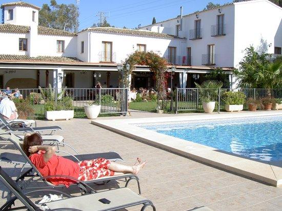 Hotel Tossal d'Altea: Sicht von hinten aus dem Poolbereich