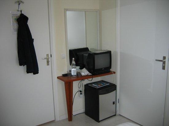 Hotel Isis: Ein kleiner Wandtisch, EIN kleines Nachttischchen auf einer Seite der Betten
