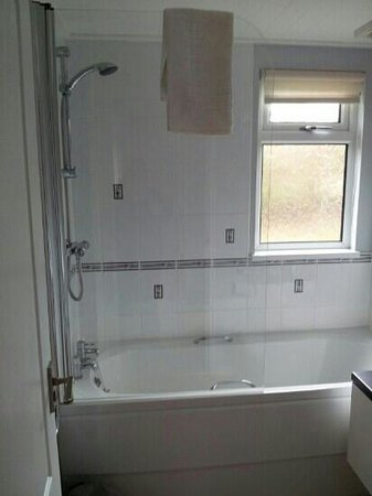 Longnor Wood Holiday Park: main bathroom