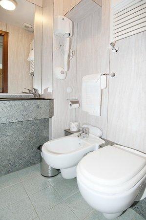Hotel Nella: Bathroom