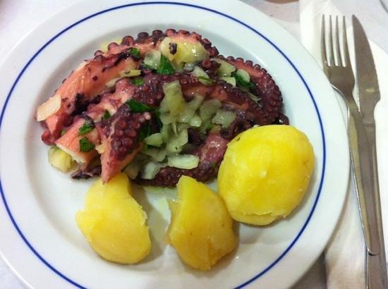 Churrasqueira Moura: Polvo c/batata e molho verde