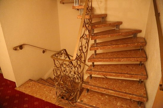 Wellnesshotel Germania: Stairways