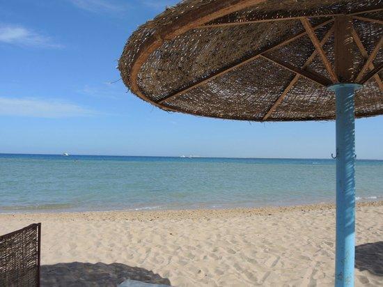 Imperial Shams Abu Soma Resort: Schöne Farben am Strand vom Hotel-Bereich