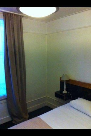Hotel des Batignolles : bedrrom