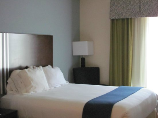Holiday Inn Express & Suites Atlanta Airport West - Camp Creek: View of one queen bed and chair in room