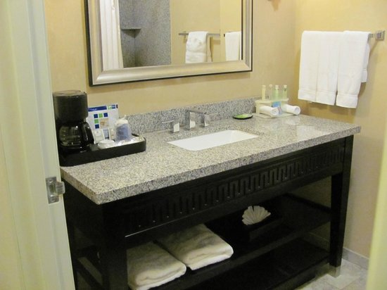 Holiday Inn Express & Suites Atlanta Airport West - Camp Creek: Vanity in the bathroom