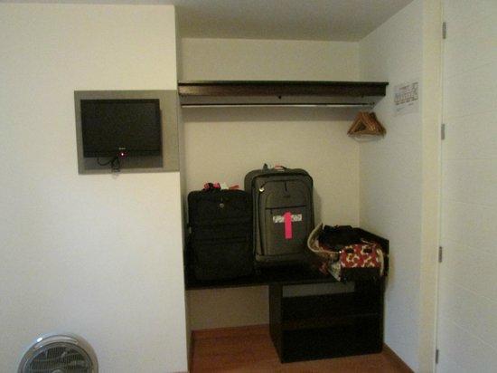3بي بارانكوز تشيك آند باسيك بي آند بي: Open closet in room