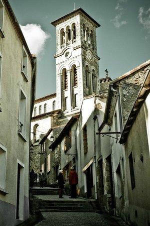 Clisson, Prancis: Rue tire jarret et église Notre Dame.
