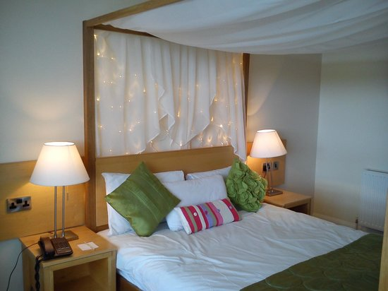 Hillgrove Hotel, Leisure & Spa : Our Four Poster Bed
