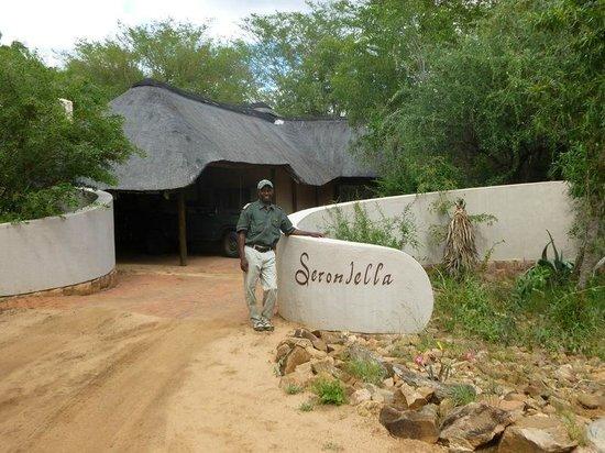 Serondella Game Lodge: Tracker at entrance