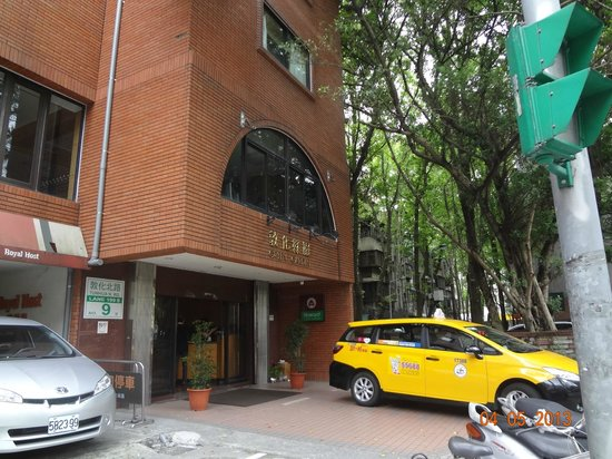 Forte Green Garden Apartments : ホテルの玄関、左隣はロイヤルホスト