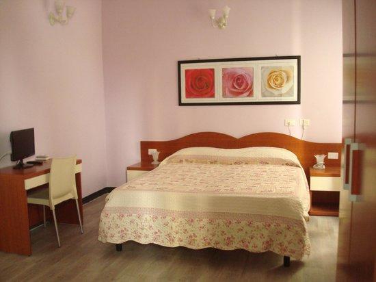 Affittacamere La Spezia Inn: Triple bedroom with bathroom