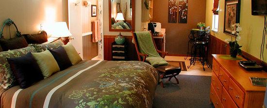Prescott Pines Inn Bed and Breakfast : Cedar - Premium Guest Room w/Fireplace
