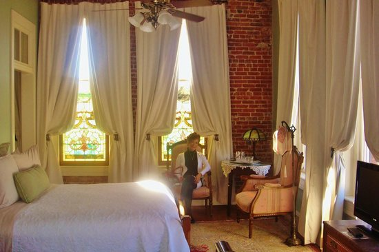 Ant Street Inn: Great windows in every room.