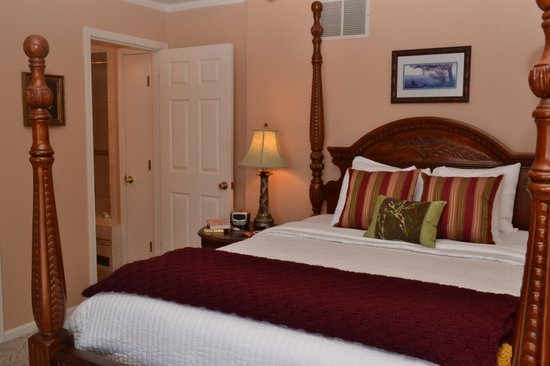 Anchor Inn on the Lake Bed & Breakfast: The Virginia Waterside Room has the best view of the lake