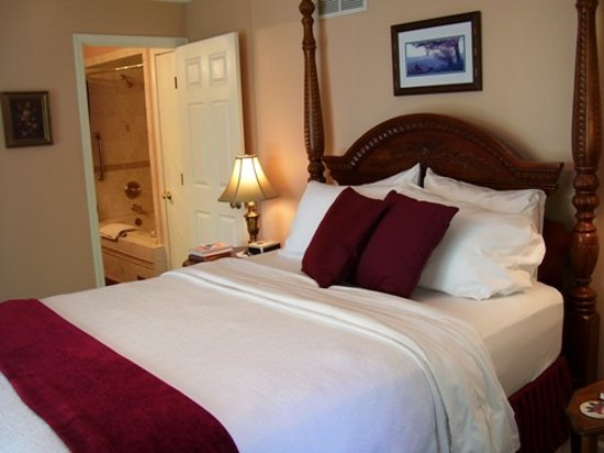 Anchor Inn on the Lake Bed & Breakfast: Enjoy the luxurious comphy sheets in the Virginia Waterside Room