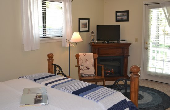 Anchor Inn on the Lake Bed & Breakfast: Luxurious accommodations in the Newport Harbor Room