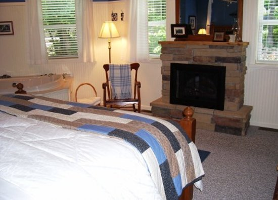 Anchor Inn on the Lake Bed & Breakfast: Romantic fireplace and tub in the Maryland Mountain Room