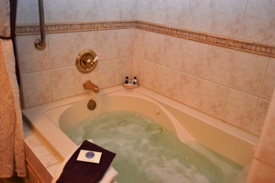 Anchor Inn on the Lake Bed & Breakfast: Soak away your cares in the Virginia Waterside Room's jacuzzi