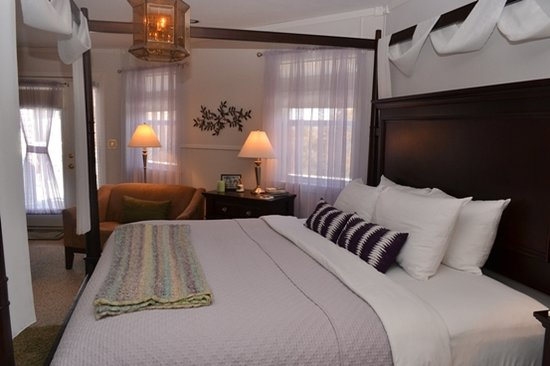 Anchor Inn on the Lake Bed & Breakfast: Dim the chandelier and ease into bed in the Mediterranean Lighthouse Room