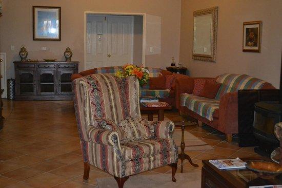 Lanterns Retreat: Communal lounge area
