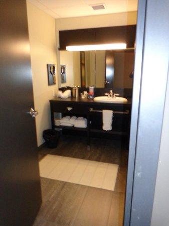 Grand Times Hotel Sherbrooke : Huge bathroom