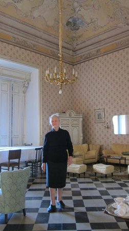 B&B Castello Vecchio : Virginia in the formal room.