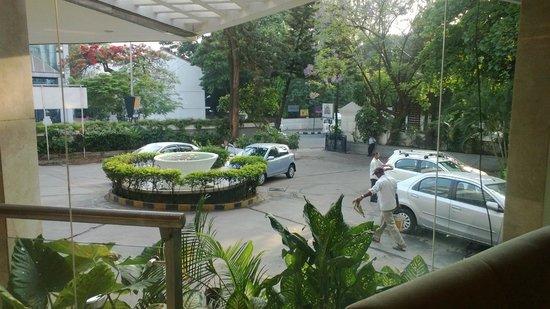 Ashraya International Hotel: Parking