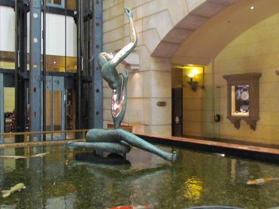 Michelangelo Hotel: Lago artificial no centro do saguão do hotel.