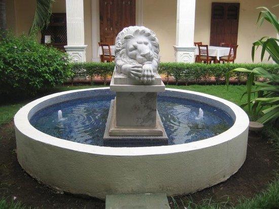 La Perla Hotel: one of the lions in the patio