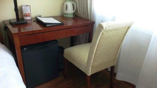Rayfont Hongqiao Hotel & Apartments Shanghai: デスク 冷蔵庫