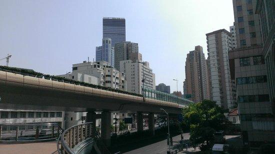 Rayfont Hongqiao Hotel & Apartments Shanghai: ホテル 江苏路と延安西路の交わる歩道橋から 昼
