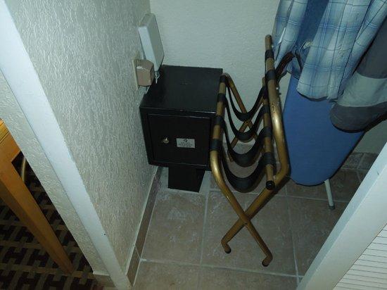 Orlando Metropolitan Resort: Caja fuerte que no andaba ni tenía llave