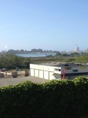 Bayview Motel: View of Humboldt Bay from patio