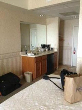 Bayview Motel : Room 104: Wet bar and main entry door