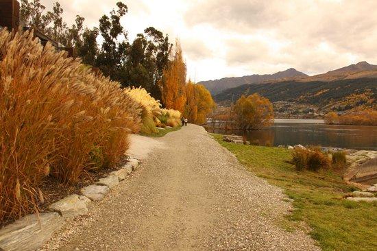 Hilton Queenstown Resort & Spa: walk path around the lake