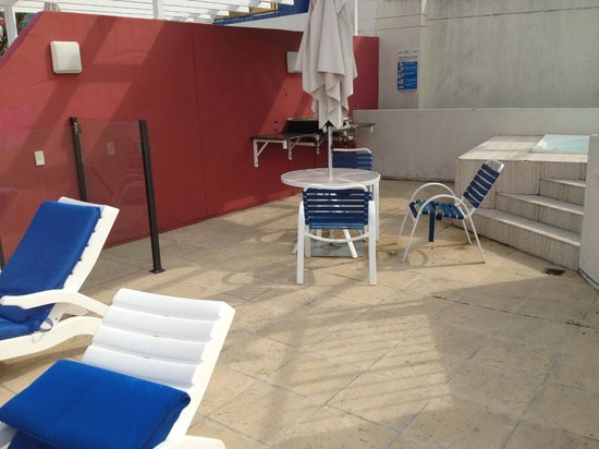 Noosa Blue Resort: Rooftop spa area - very dirty and untidy with broken furniture