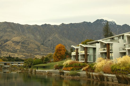 Hilton Queenstown Resort & Spa: View towards the Remarkables from the Jetty
