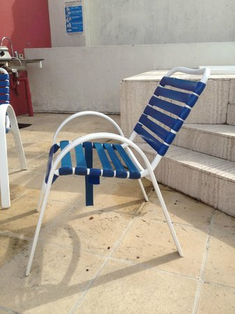 Noosa Blue Resort: Broken furniture