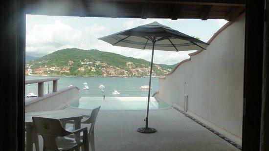 Villa del Pescador: Terraza y jacuzzi de suite con vista a la bahia