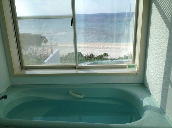Pricia Resort Yoron: 浴室から海が臨める贅沢!