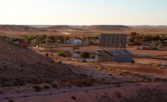 Oasis Coober Pedy Tourist Park: View overlooking Big 4 Coober Pedy, left of Bulls.