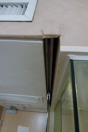 Largos Hotel: Reason for 15 cm wide gap between door door and wall