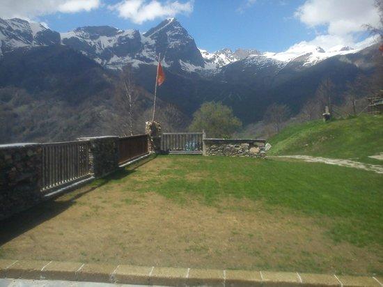 Agriturismo Al Chersogno: Il Monte Chersogno e la Rocca Gialeo visti dalla terrazza-giardino
